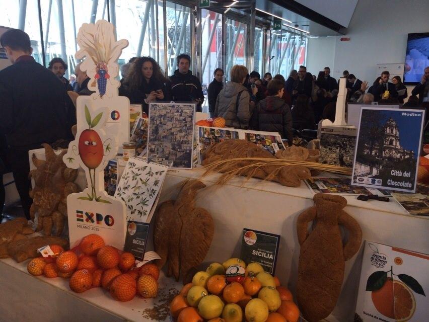 Folla di milanesi per la colazione con gli agrumi siciliani