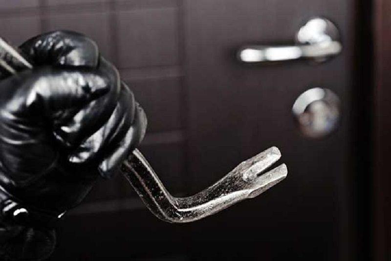 Catania: usavano una parte delle bottiglie del detersivo per rubare in casa. Due arresti