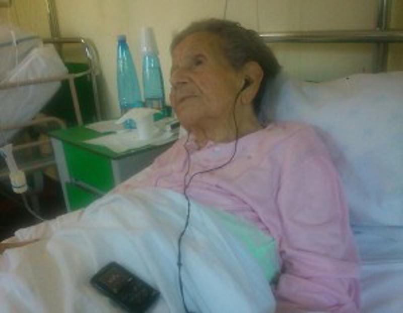 Siracusa, ha 99 anni e ascolta la musica con l'ipod: la storia di nonna Anna