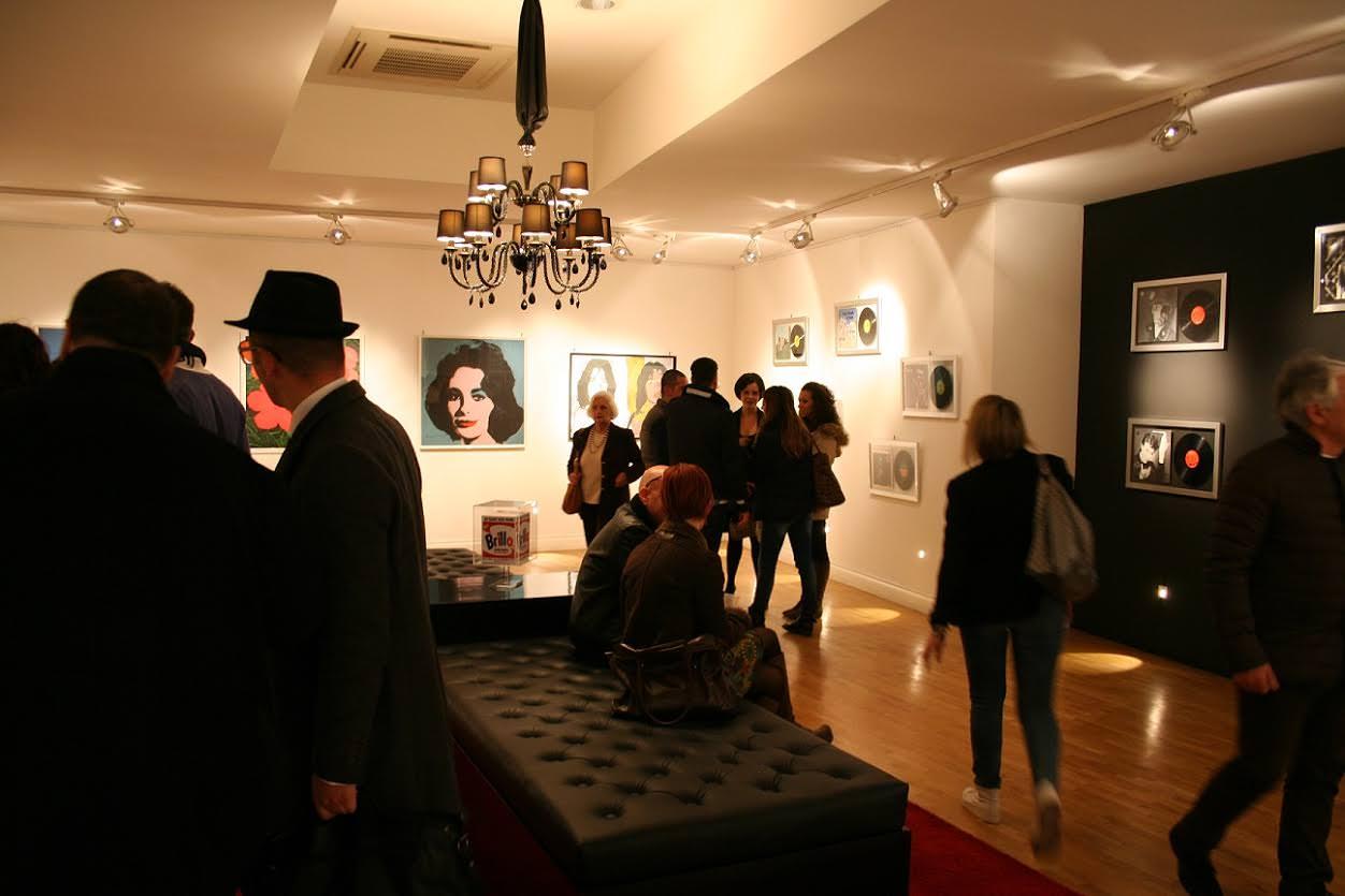 Fino al 9 maggio a Catania poster e dischi autografati da Andy Warhol