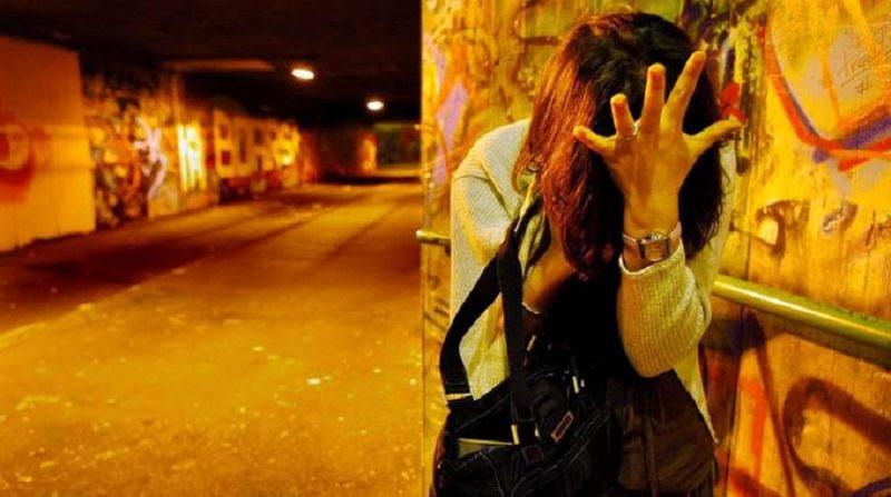 Noto (Siracusa) - Minaccia di sfregiarla con l'acido perché e lesbica