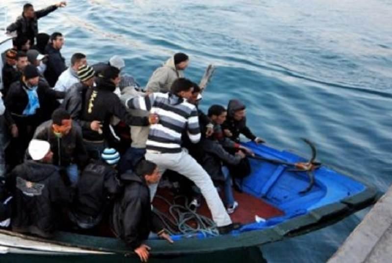 Lampedusa presa d'assalto, nella notte 13 nuovi sbarchi per un totale di 314 tunisini: hotspot al collasso