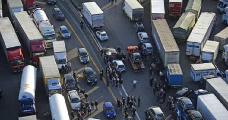 Più di duecento camion in giro per l'Italia senza carburante