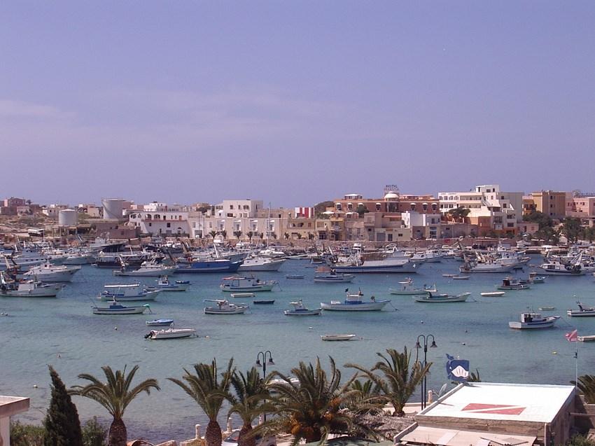 """""""Lampedusa isola di pescatori dal cuore immenso ma anche di razzisti e di parassiti"""": polemica per il post di Chef Rubio"""