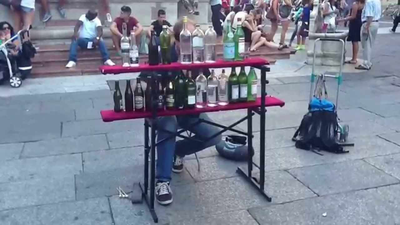 Divertenti performance di un artista di strada   VIDEO