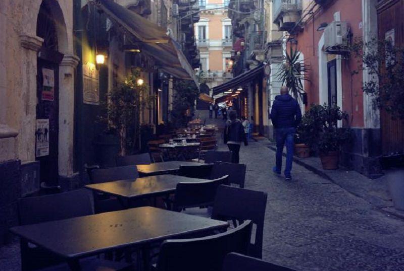 Catania, blitz in via Santa Filomena. Cibi scaduti e depositi ammuffiti: sanzioni per 2 locali