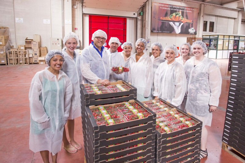 Studentesse americane studiano pomodorino di Pachino