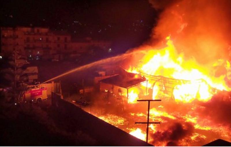 Paura nella notte a Palermo: in fiamme deposito di cassette per la frutta