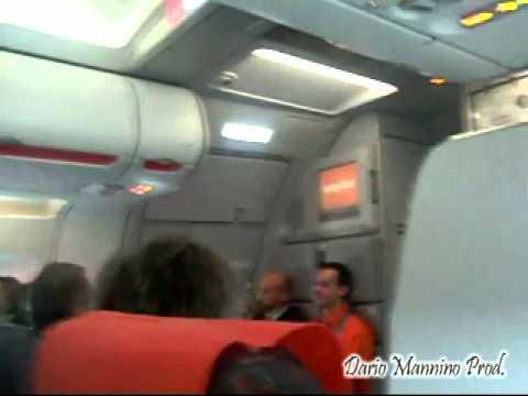 Assistente di volo annuncia atterraggio   VIDEO DIVERTENTISSIMO
