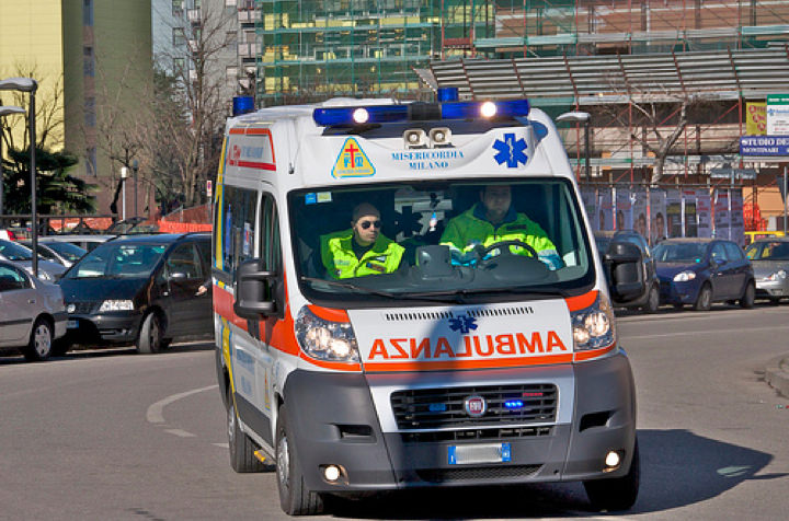 Infarto fulminante mentre guida: uomo si schianta contro colonnina e muore sul colpo