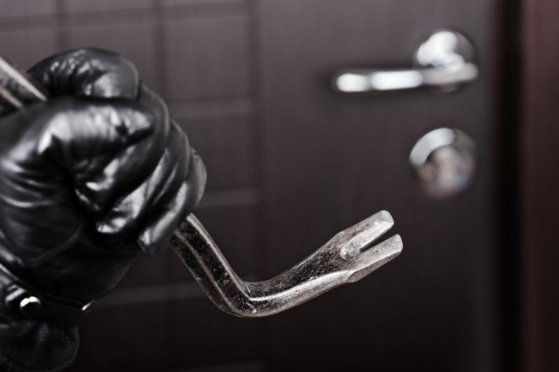 Furto in appartamento con spranga di ferro: 44enne ai domiciliari