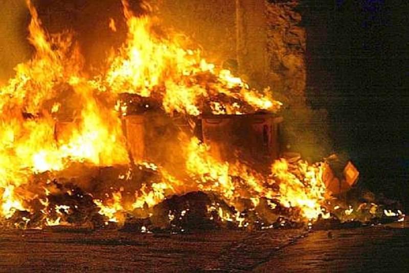 Raccolta dei rifiuti a rilento e i cittadini danno fuoco ai cumuli