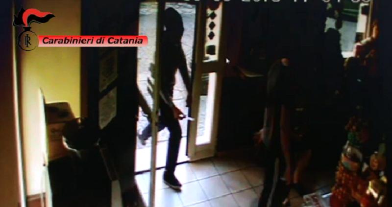 Passamontagna e taglierini: in tre rapinano tabaccheria a Belpasso. Due in manette, è caccia al complice. IL VIDEO