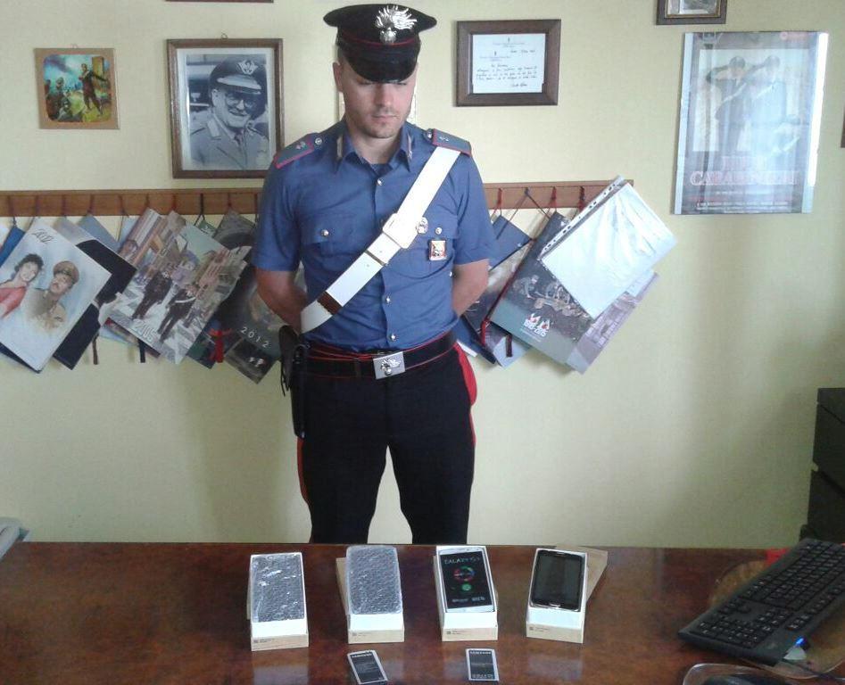 Vende smartphone a prezzi stracciati e un carabiniere lo coglie con le mani nel sacco: denunciato
