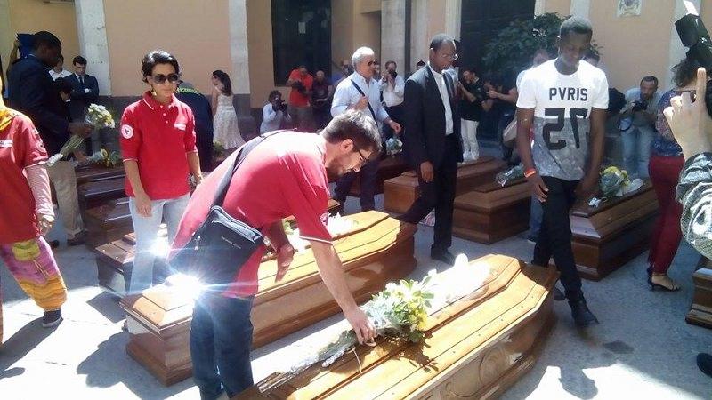 Catania, svolti i funerali con doppio rito religioso per tredici migranti