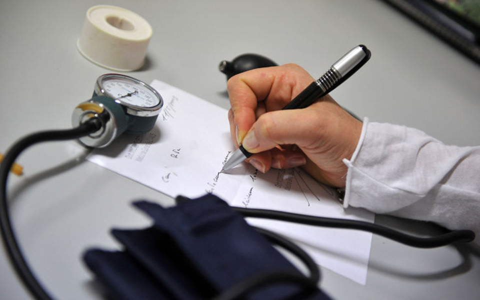 Anche in ospedale i medici devono prescrivere farmaci e analisi