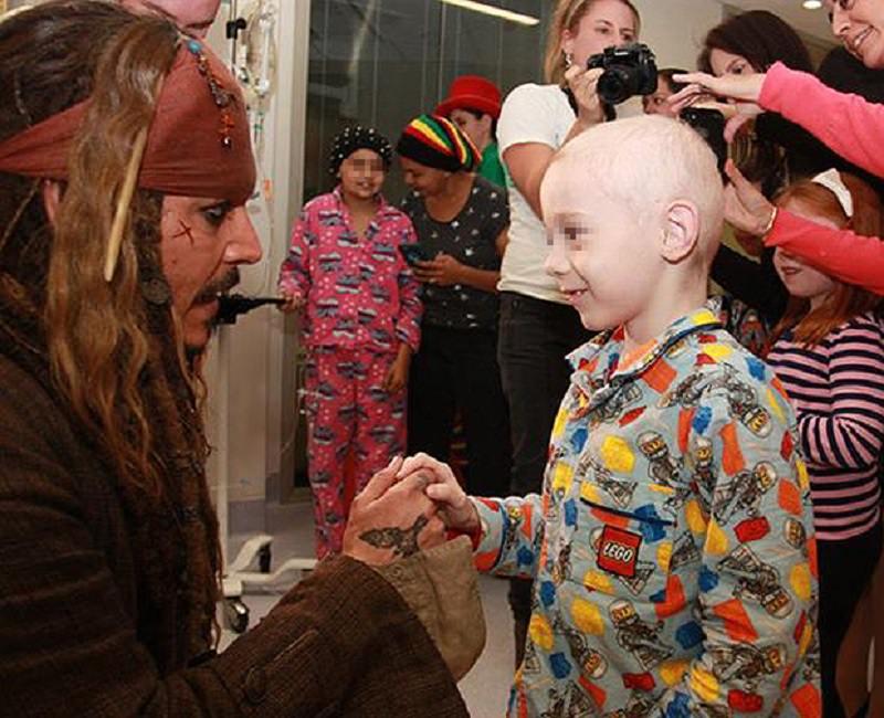 Johnny Deep va a trovare i bambini in ospedale: guarda il video