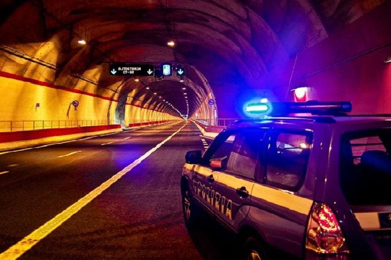 Auto in fiamme nella galleria San Demetrio, panico e alcuni intossicati