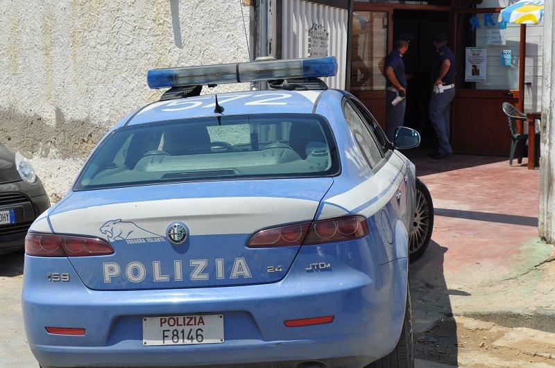 Catania, pregiudicato in scooter senza patente si scaglia contro la polizia