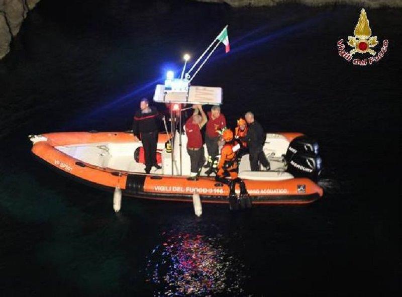 """Lampedusa. Tunisini rinchiusi in una grotta: """"Non usciamo"""""""