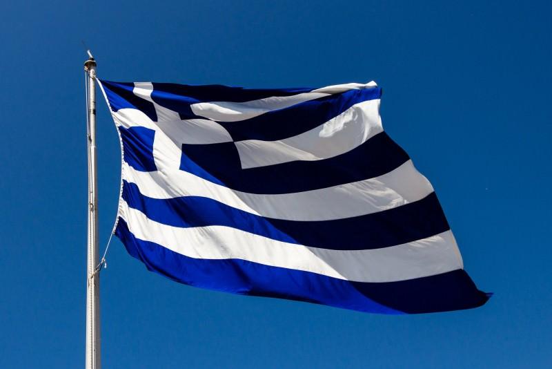 La bandiera greca sventola anche in Sicilia: i comuni di Ficarra e Palermo issano il simbolo ellenico