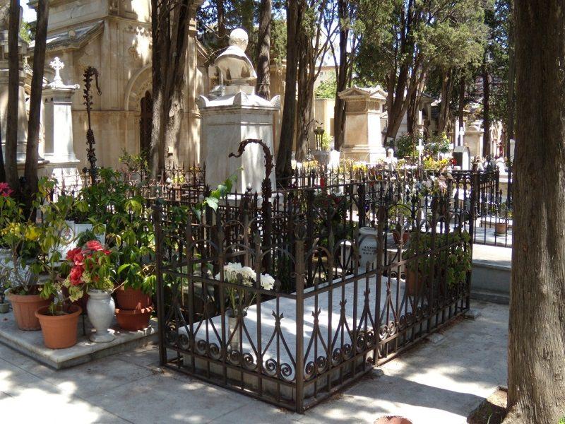 Passione trasgressiva a Palermo, coppia fa sesso al cimitero
