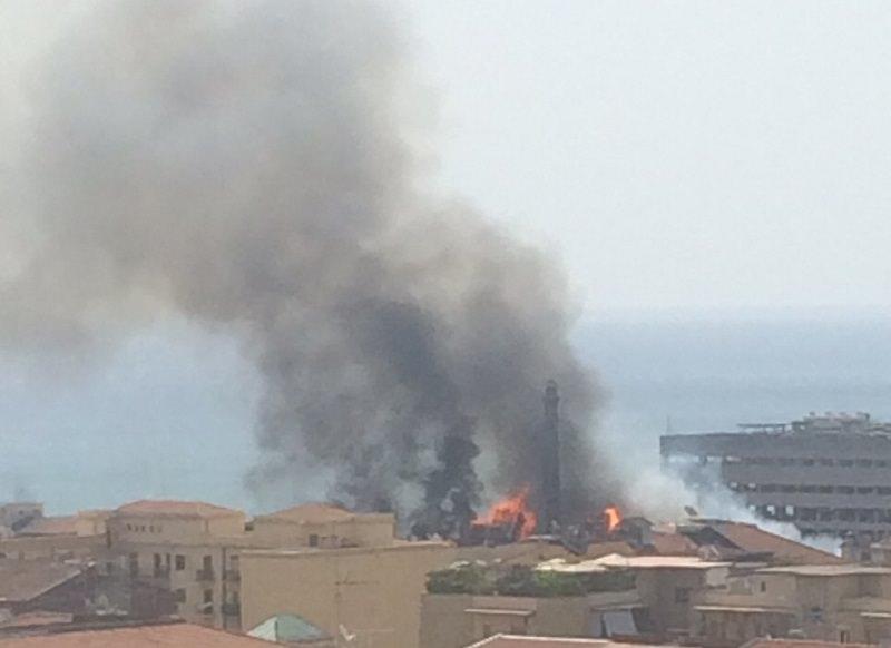 Brucia il campo rom dell'ex raffineria di viale Africa. Si sospetta il dolo. IL VIDEO