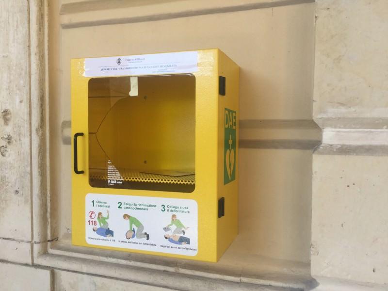 Riposto, danneggiato defibrillatore al municipio