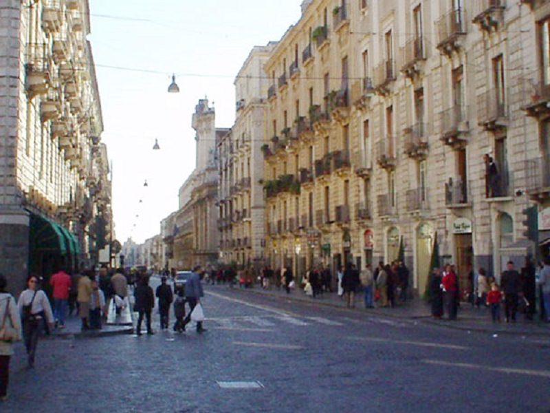 Anziana signora travolta a Catania in via Etnea, il figlio minaccia l'investitore