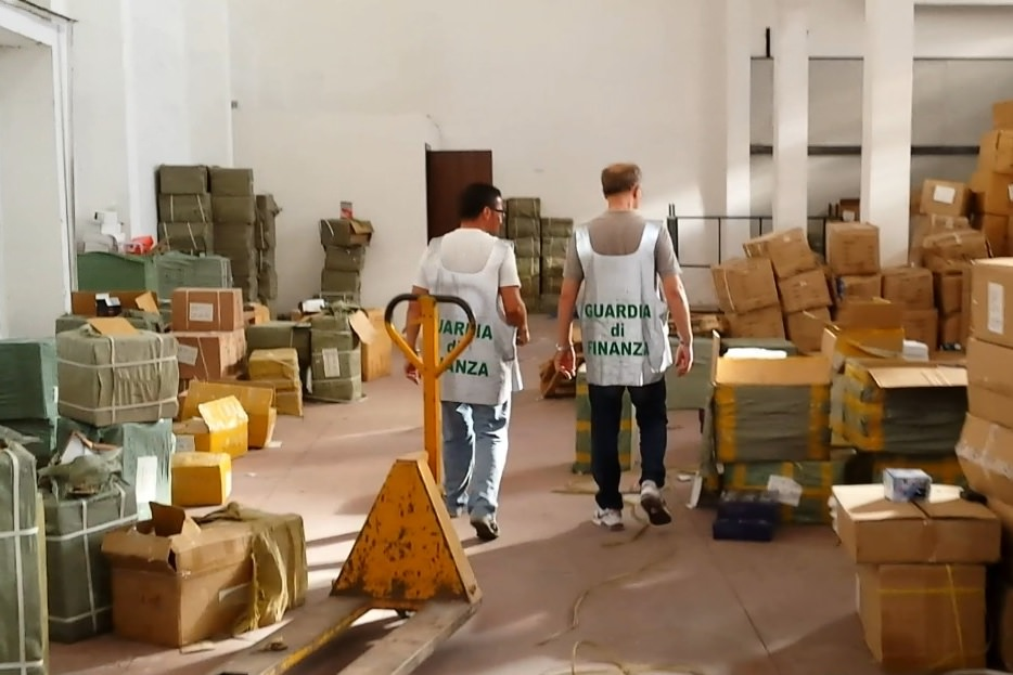Maxi sequestro di merce contraffatta a Catania: denunciati due cinesi