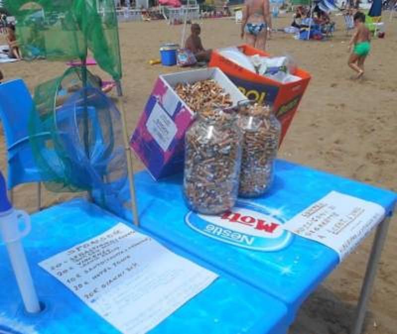 Pensionato paga i bambini per raccogliere mozziconi di sigarette buttati in spiaggia