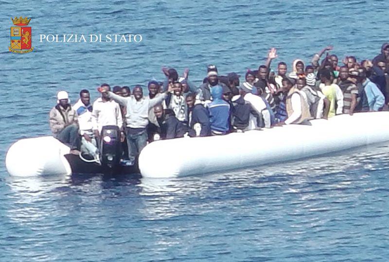 """""""Stai zitta o butto in mare i tuoi figli"""", la minaccia di uno scafista ad una donna sul barcone: quattro arresti"""