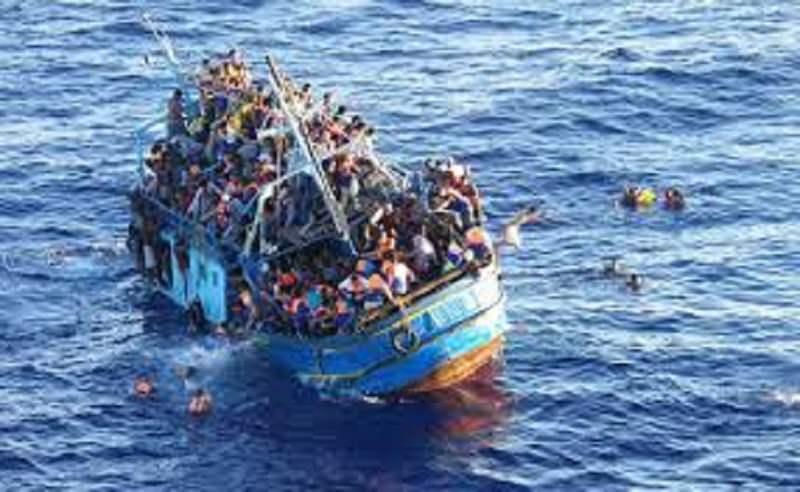 Barcone si capovolge nel Canale di Sicilia. Decine di migranti morti