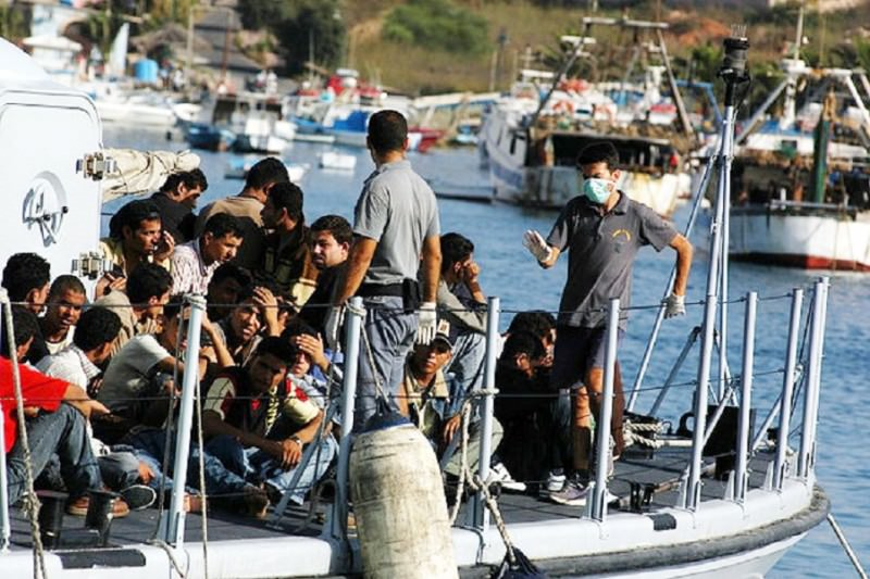 """""""Ci minacciavano con coltelli e grosse spade"""". A Pozzallo sbarcati 131 migranti. Nove gli scafisti in manette. IL VIDEO"""