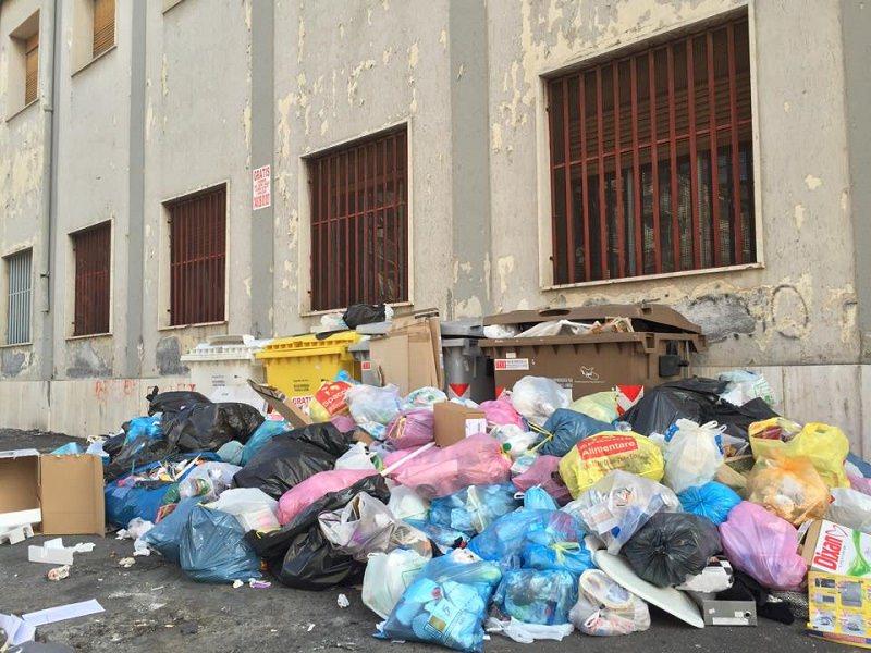 Cassonetti stracolmi di spazzatura: è emergenza rifiuti a Catania