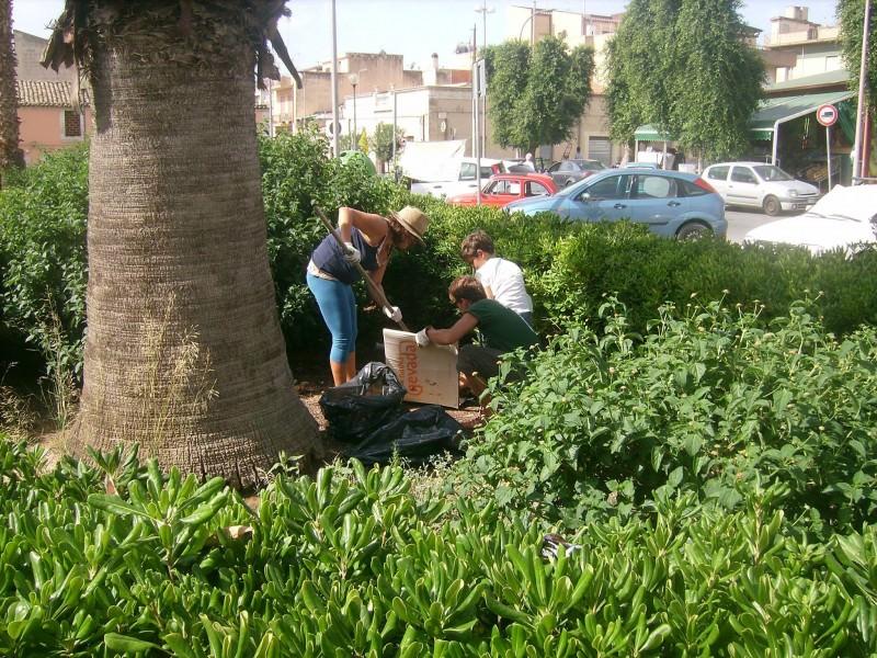 """Vittoria, i cittadini ripuliscono la città: """"Chiediamo controlli: basta degrado"""""""