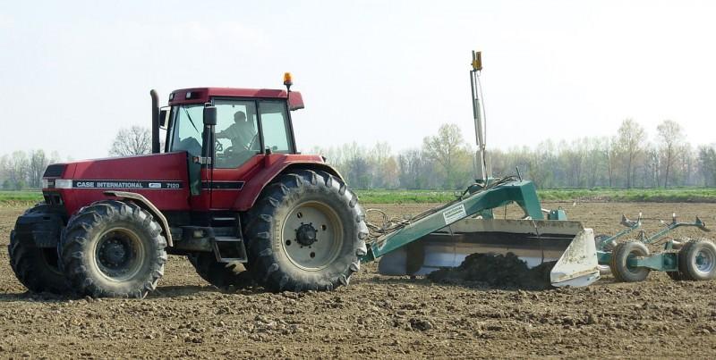 """Tragedia in campagna, muore travolto dal trattore mentre lavora i campi. Il sindaco: """"Una perdita grave per tutti"""""""