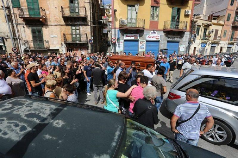 Omicidio-suicidio: intero quartiere di Palermo ai funerali di Valenti
