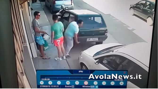 Avola, sposta la macchina sollevandola con le mani (VIDEO)