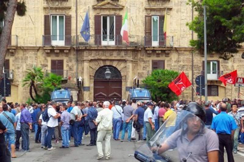 Sciopero generale in Sicilia dei forestali. Poliziotti in tenuta antisommossa