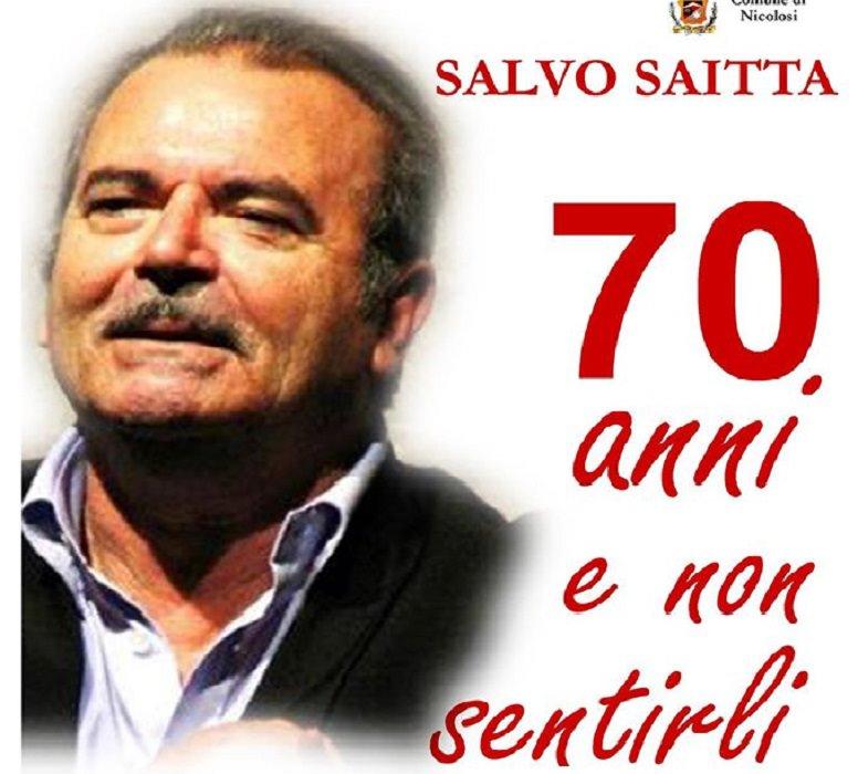 """""""70 anni e non sentirli"""": Salvo Saitta festeggia sul palco il suo compleanno"""