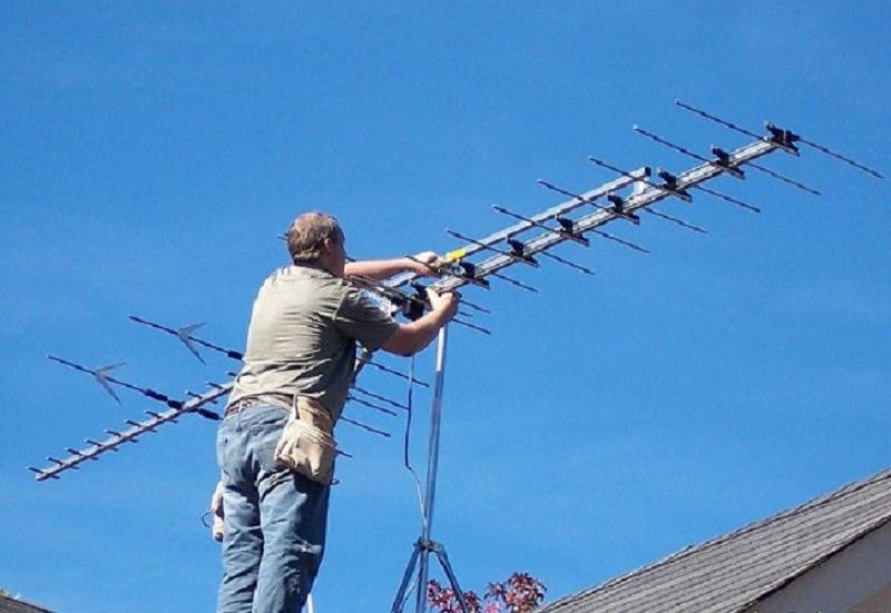 Cade dal tetto mentre ripara un'antenna. Tragico incidente a Capaci