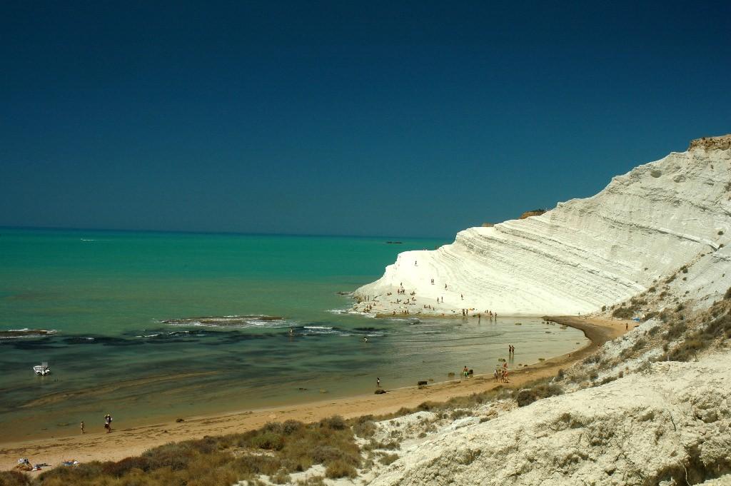 Scala dei Turchi: contestazioni ed inciviltà minano la scogliera di marna