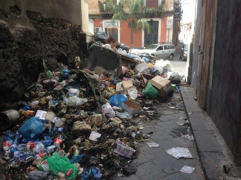 """Catania, il """"nodo"""" rifiuti: settore comunale depotenziato e l'immondizia sotto il tappeto"""