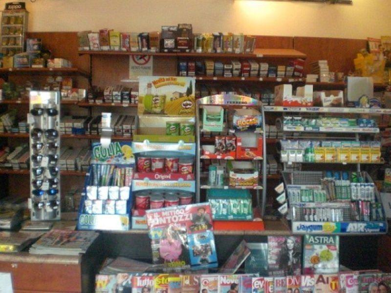 Aggredisce il titolare di una tabaccheria per non pagare una ricarica di 5 euro