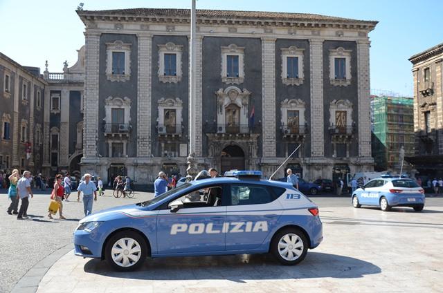 Catania, provano a rubare un'auto: fuga per le vie del centro e arresto in via Etnea