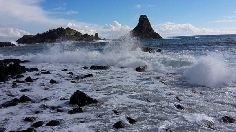 Domenica di pioggia nella Sicilia nord-orientale: mari mossi anticipano maltempo
