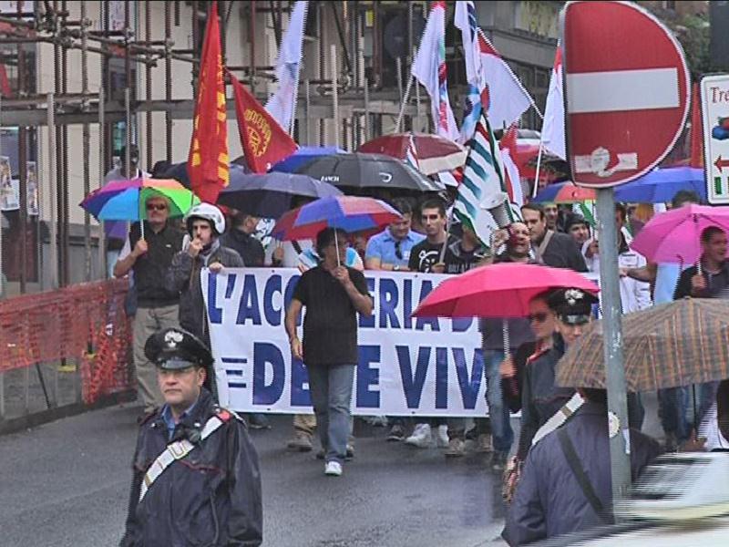 In corteo gli operai contro la chiusura di Acciaierie di Sicilia Spa