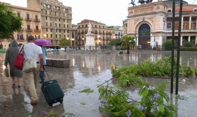 Forti temporali in Sicilia: allagamenti e disagi. Crolla balcone a Palermo
