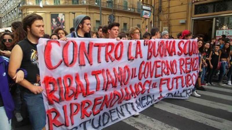 """Migliaia di ragazzi per le vie di Palermo: protesta contro la """"Buona Scuola"""""""